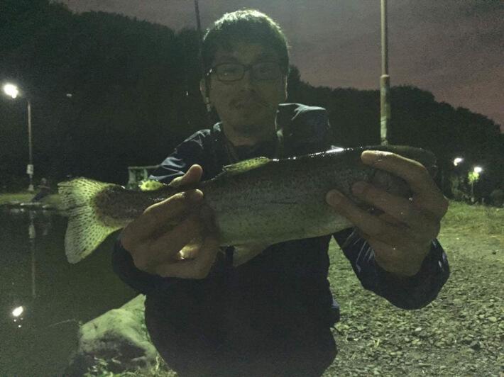 平田大型の鱒を釣る