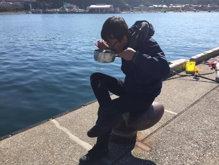 堤防で食事