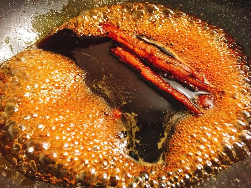 煮アナゴのタレを煮詰める