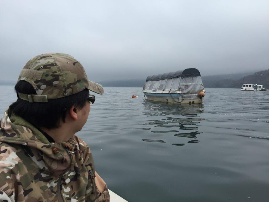 取り残されるドーム船