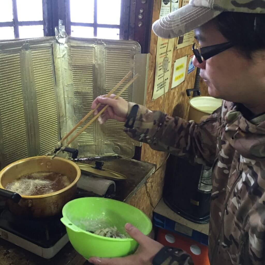 静山荘でワカサギの天ぷらをつくる