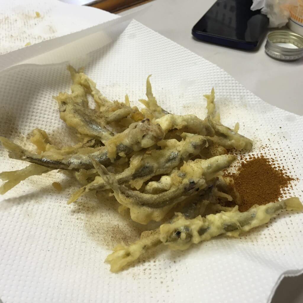 ワカサギの天ぷらにカレー粉を
