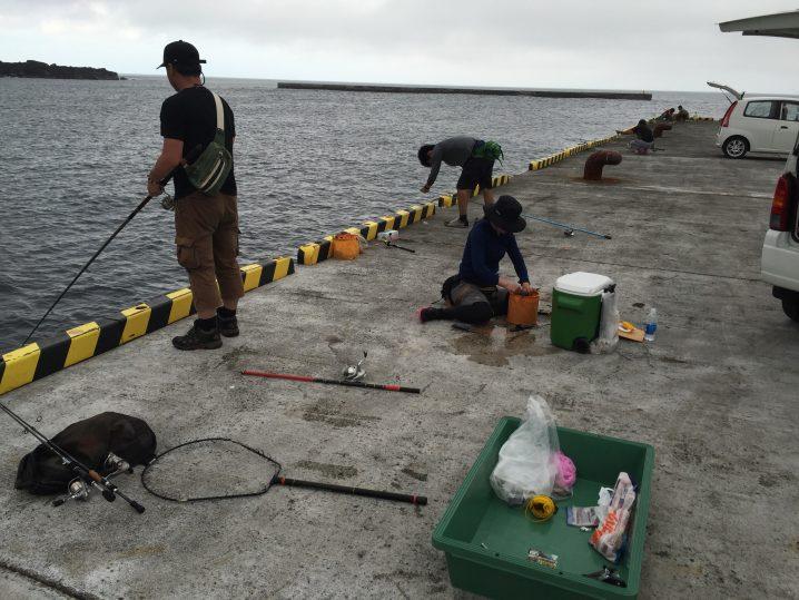 波浮港桟橋で釣り