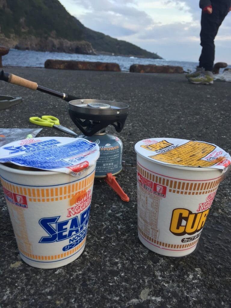 釣り場でカップヌードルを作って食べる