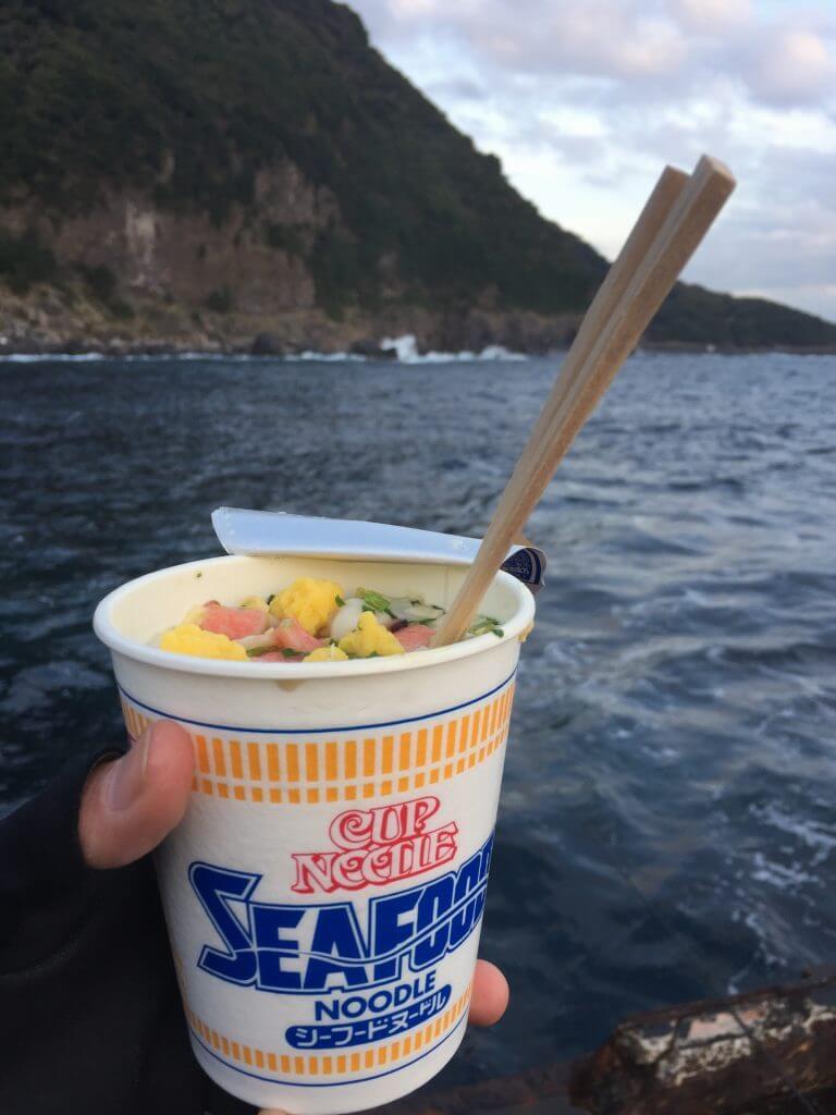 釣り場でカップヌードルシーフードを作って食べる