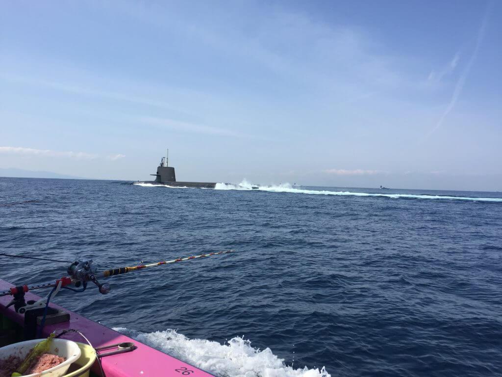 潜水艦が通る