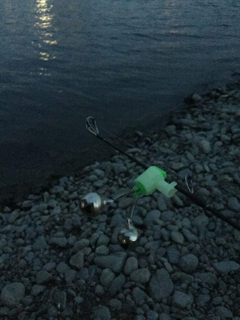 暗くなって川辺で待つ