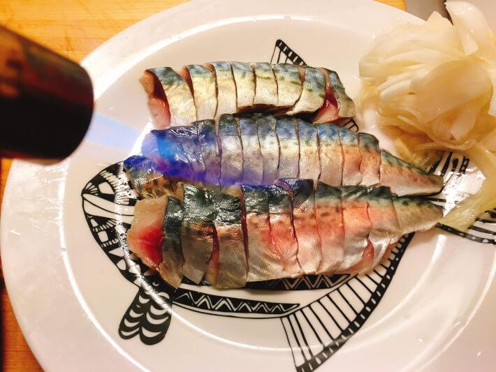 釣り料理 しめ鯖をバーナーで焼く