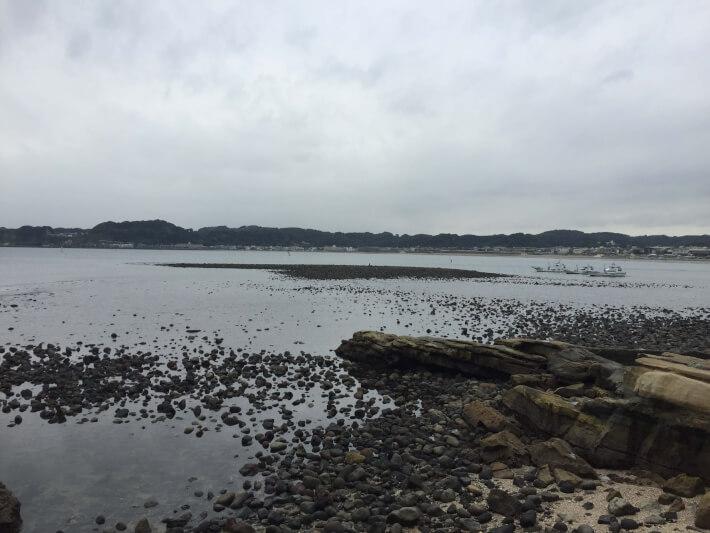見えているのが和賀江島(残骸)