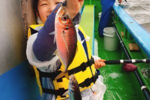 船釣り 小学生 女の子 アジを釣った