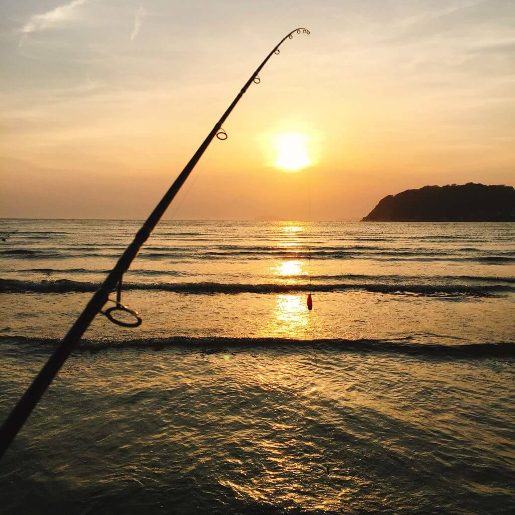 逗子海岸 夕陽と釣竿