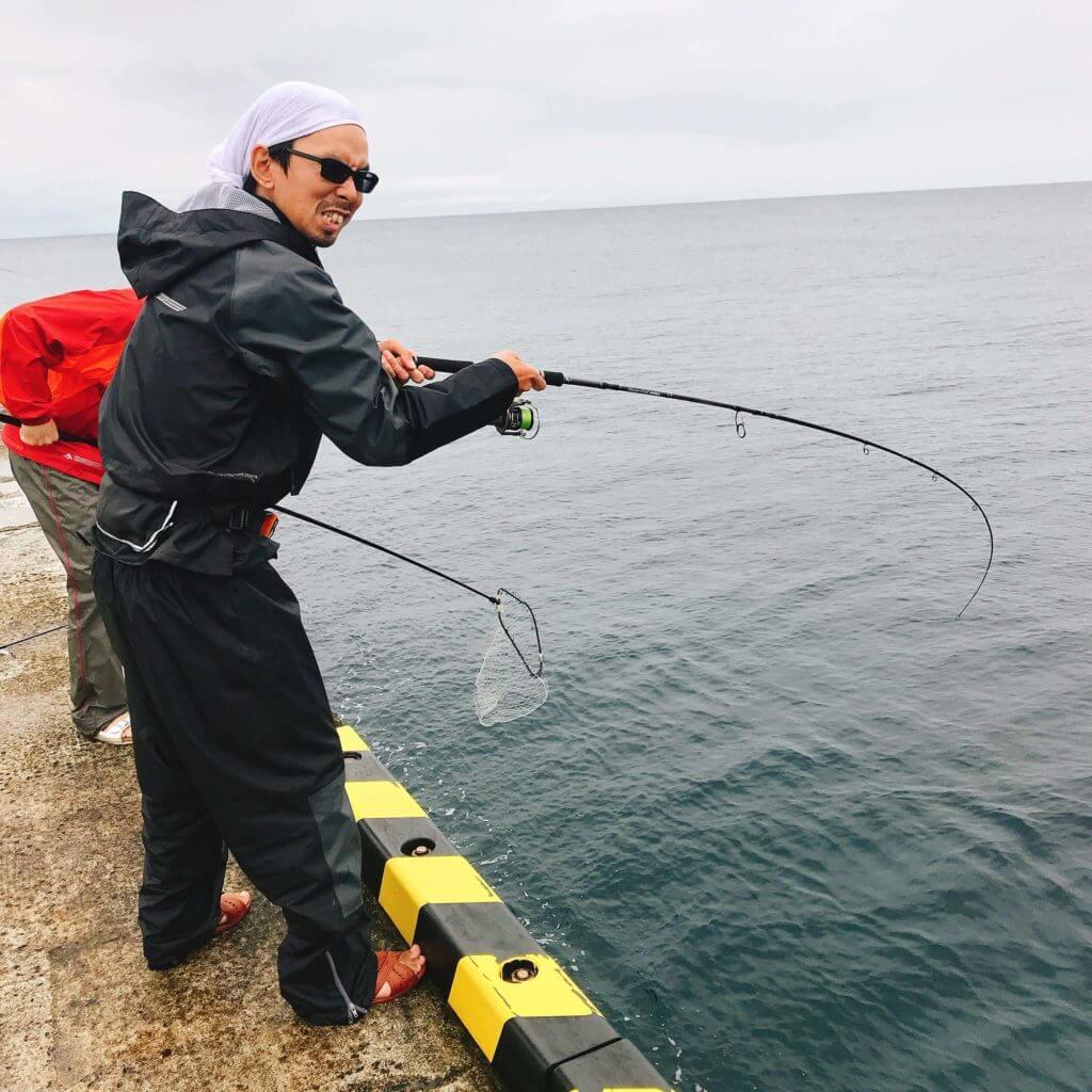 ブッコミ釣りで釣れたカンパチとのファイト