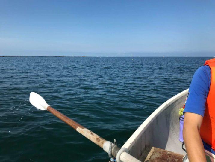 葉山の海で手漕ぎボート