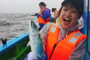 サバを釣って喜ぶ女性