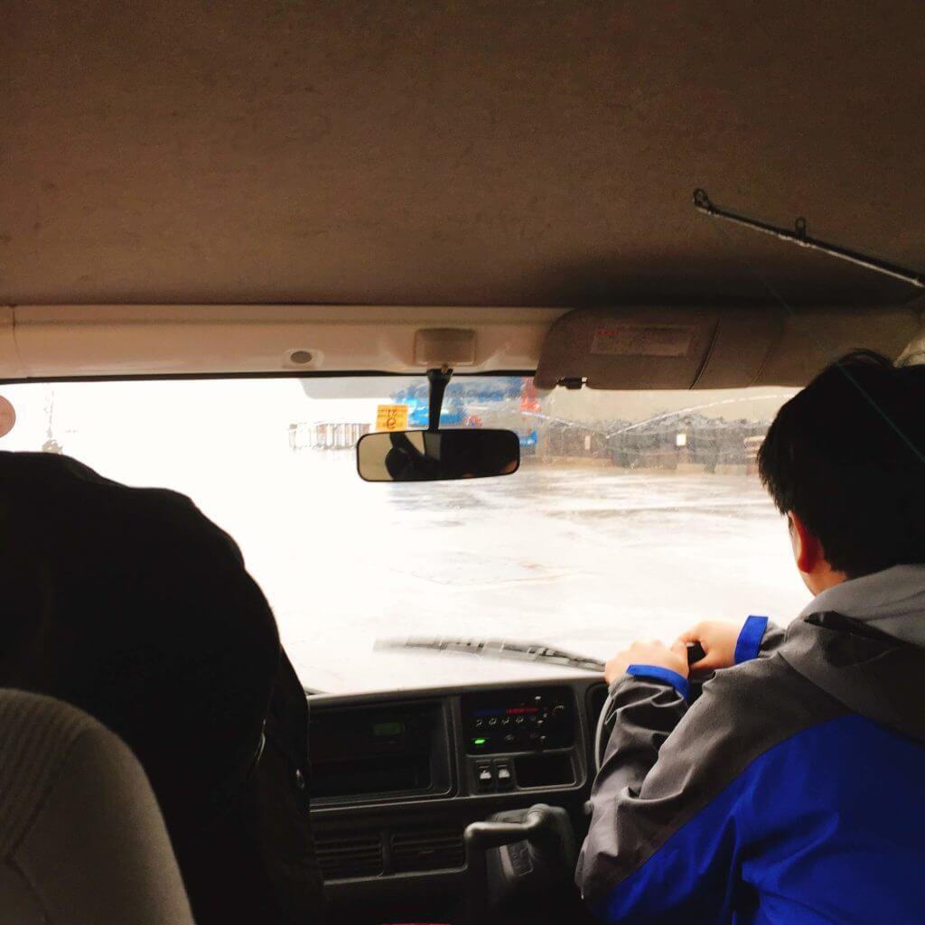 雨の元町港へ向かう車