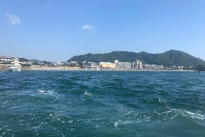 手漕ぎボートから見る曳舟からの葉山