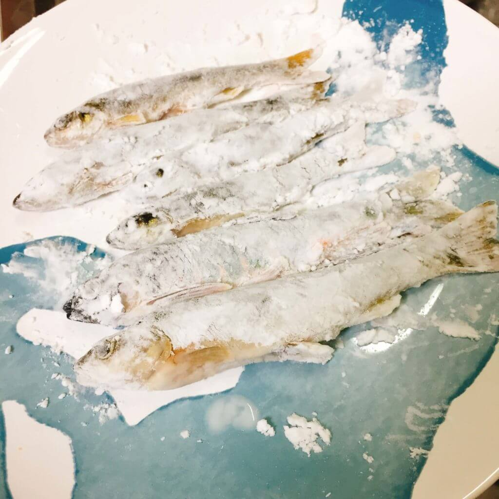 片栗粉をまぶした川魚