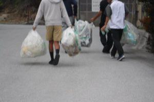 ゴミを集める沖縄の少年