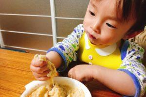 ヒラメの離乳食を食べる赤ちゃん