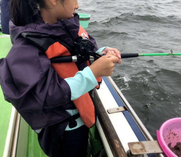 アジ釣りをする女の子