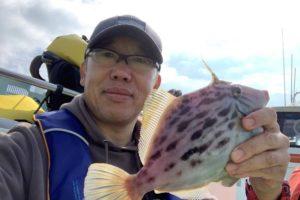 良型カワハギを釣った木田和廣さん