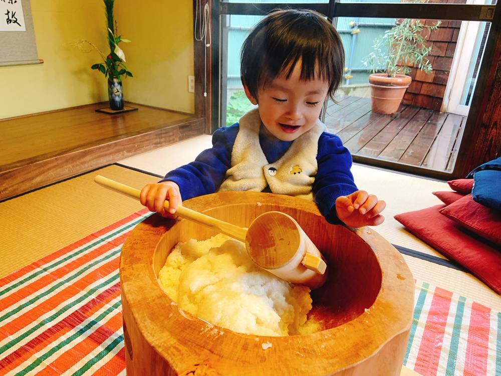 餅をつく幼児