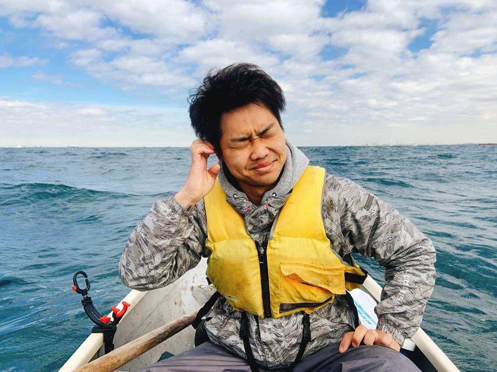 船酔いをしている男性