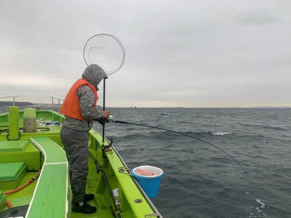 コマセマダイ釣りをする男性