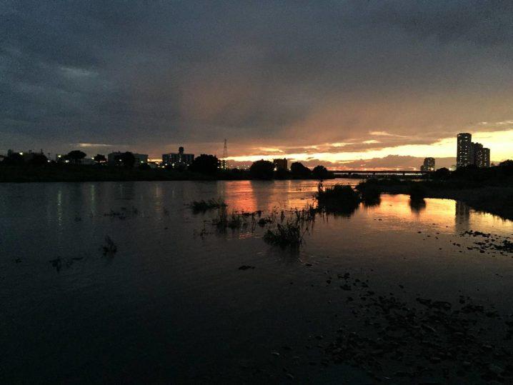 多摩川、増水後の夕焼け