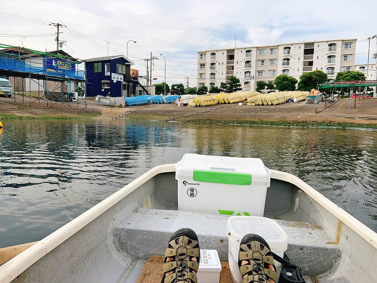 大津港を船出する手漕ぎボート