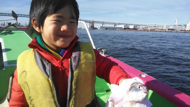 釣り船に乗った子供
