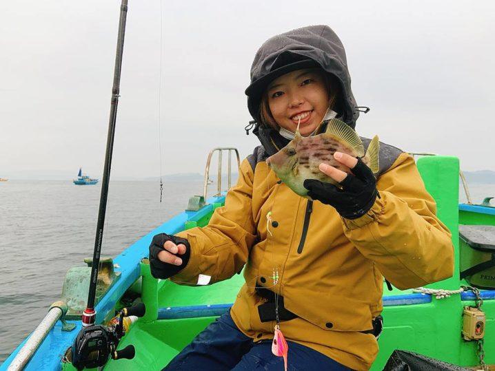カワハギを釣った女性