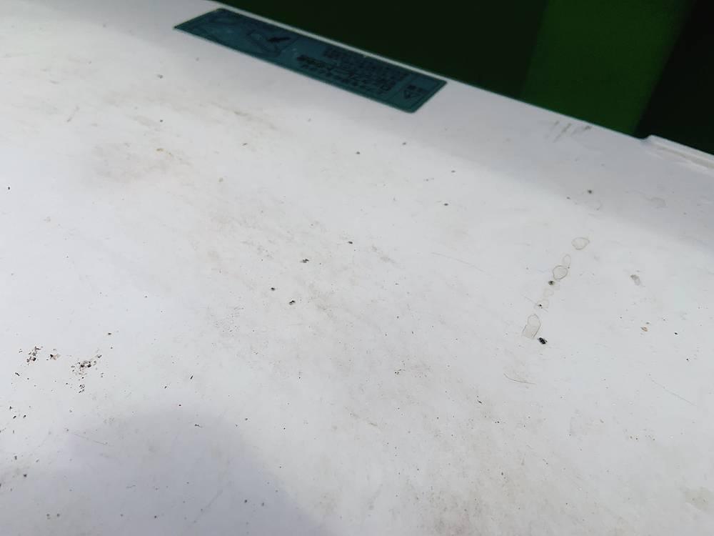 タバコの灰がふりかぶったクーラーボックス